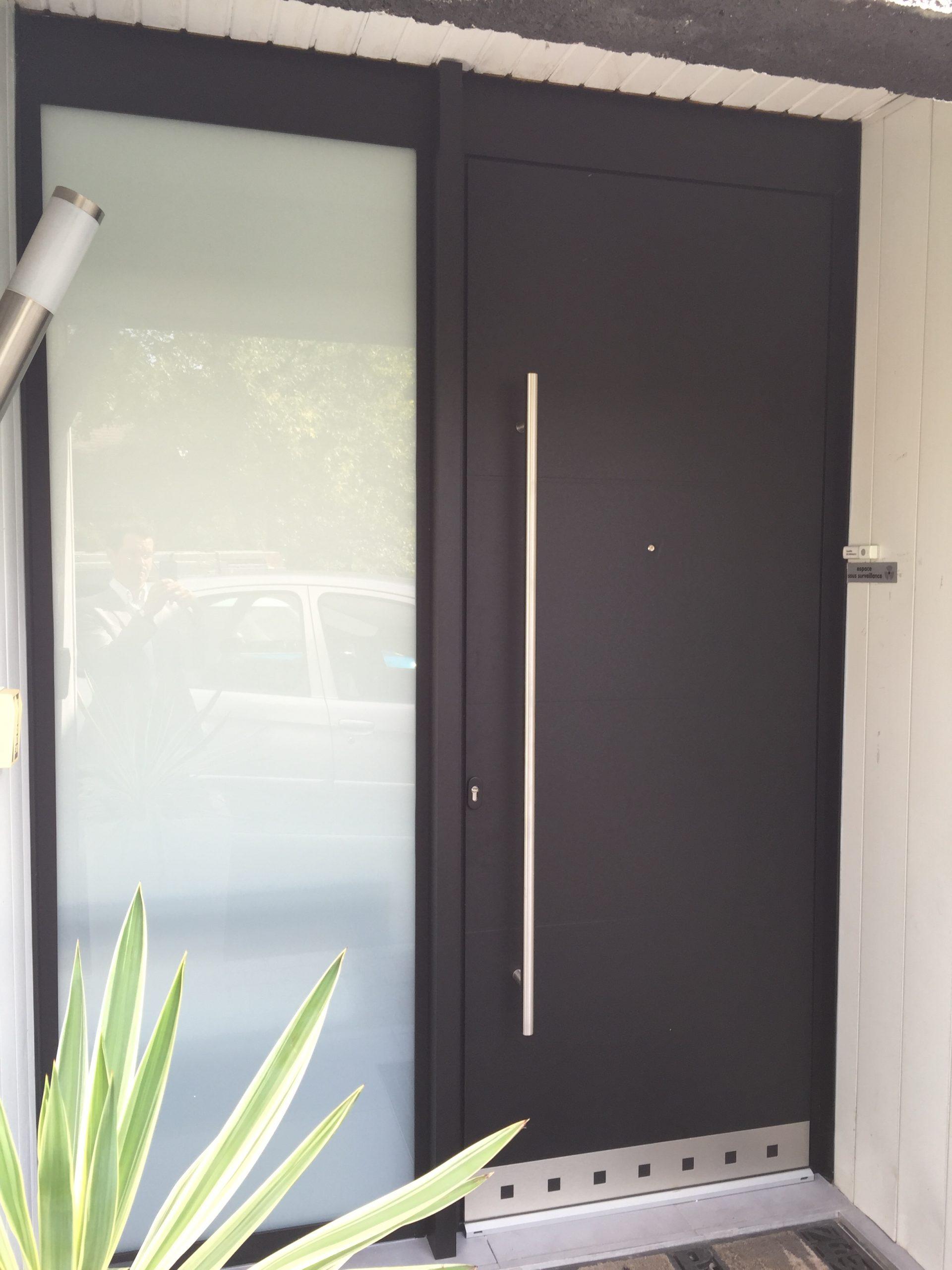 Porte d'entrée contemporaine aluminium Technal Soleal